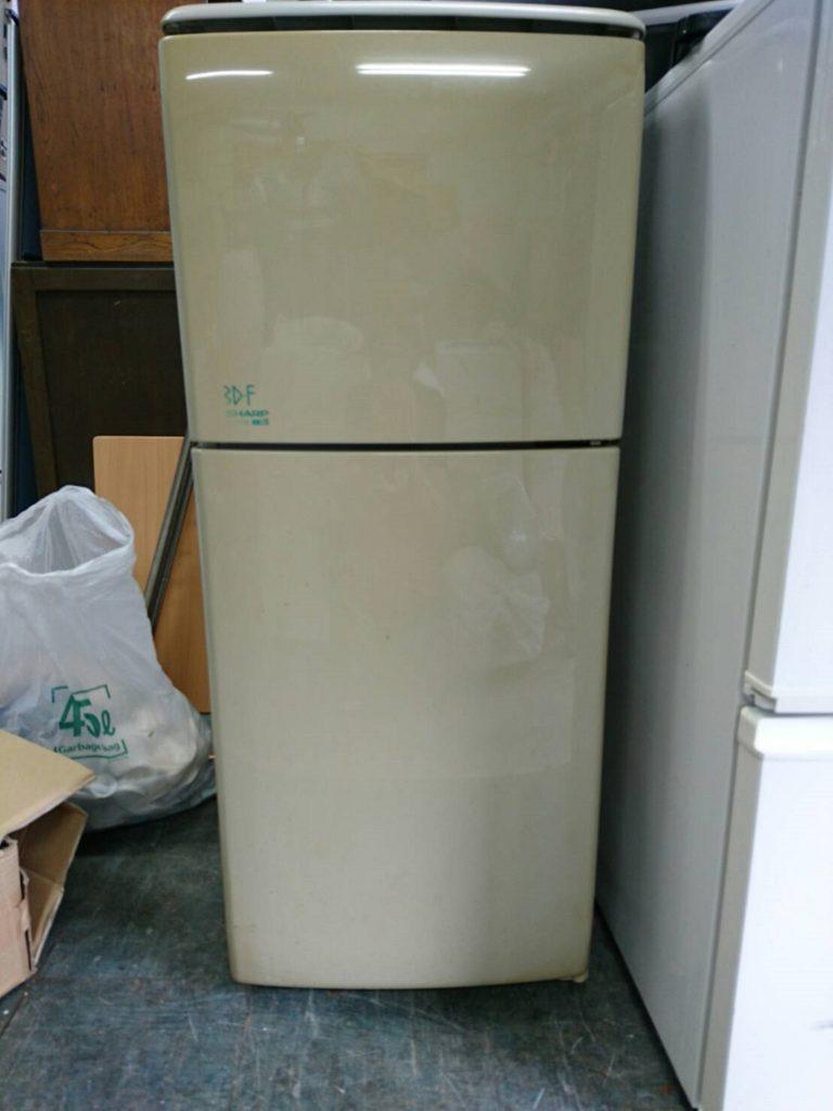 シャープ製の電気冷蔵庫(SJ-Y713-HG)
