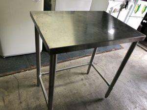 ステンレス製のテーブル