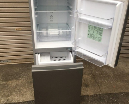 アクア製の2ドア冷蔵庫の室内