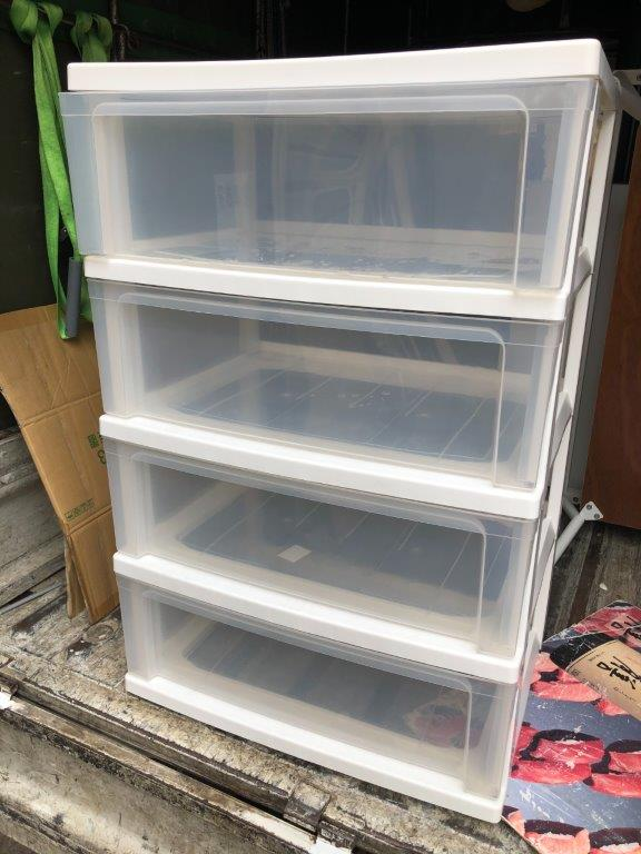 プラスチック製の収納ボックス